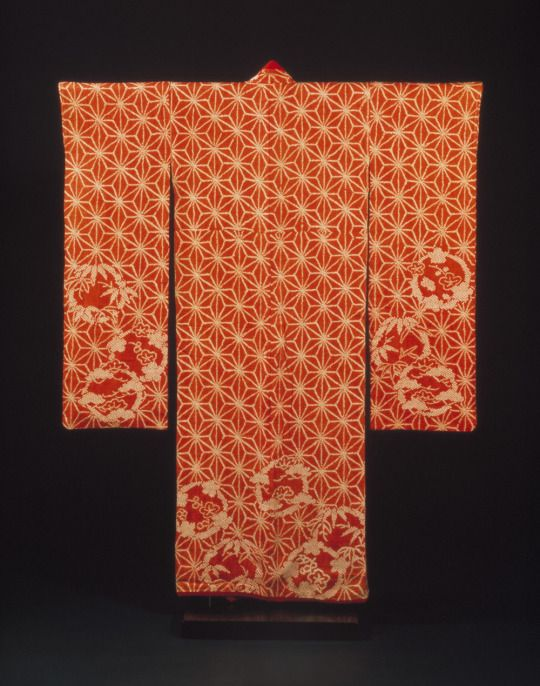 Kimono, red shibori-dyed, Japan, 1790-1830 © Victoria and Albert Museum, London. The long swinging sleeves (furisode) indicate that it was worn by a young woman, probably the daughter of a wealthy merchant.