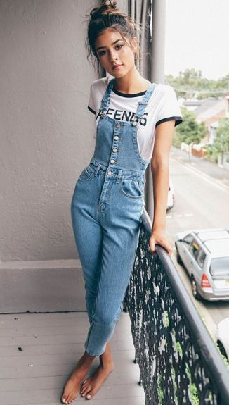 0c81ca4e8f65 This 90s style makes such cute outfits! Denim Dungarees Outfit