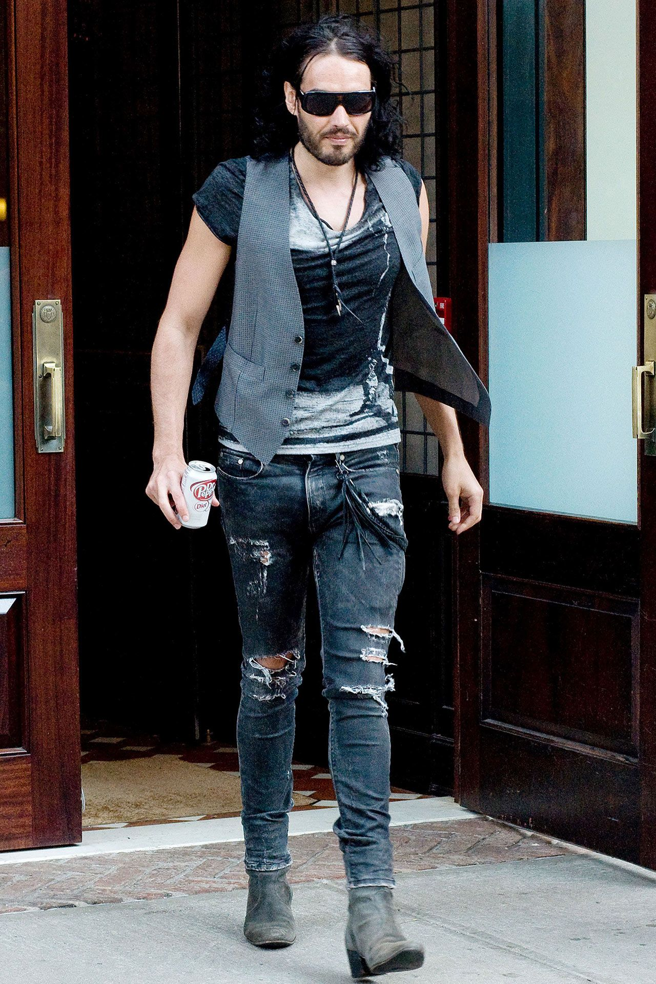 c5698d10f6 Russel Brand outfit. Rippes jeans with waistcoat. Rockstar feeling fashion.