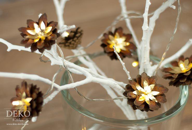 diy weihnachtliche lichterkette mit kiefernzapfen deko. Black Bedroom Furniture Sets. Home Design Ideas