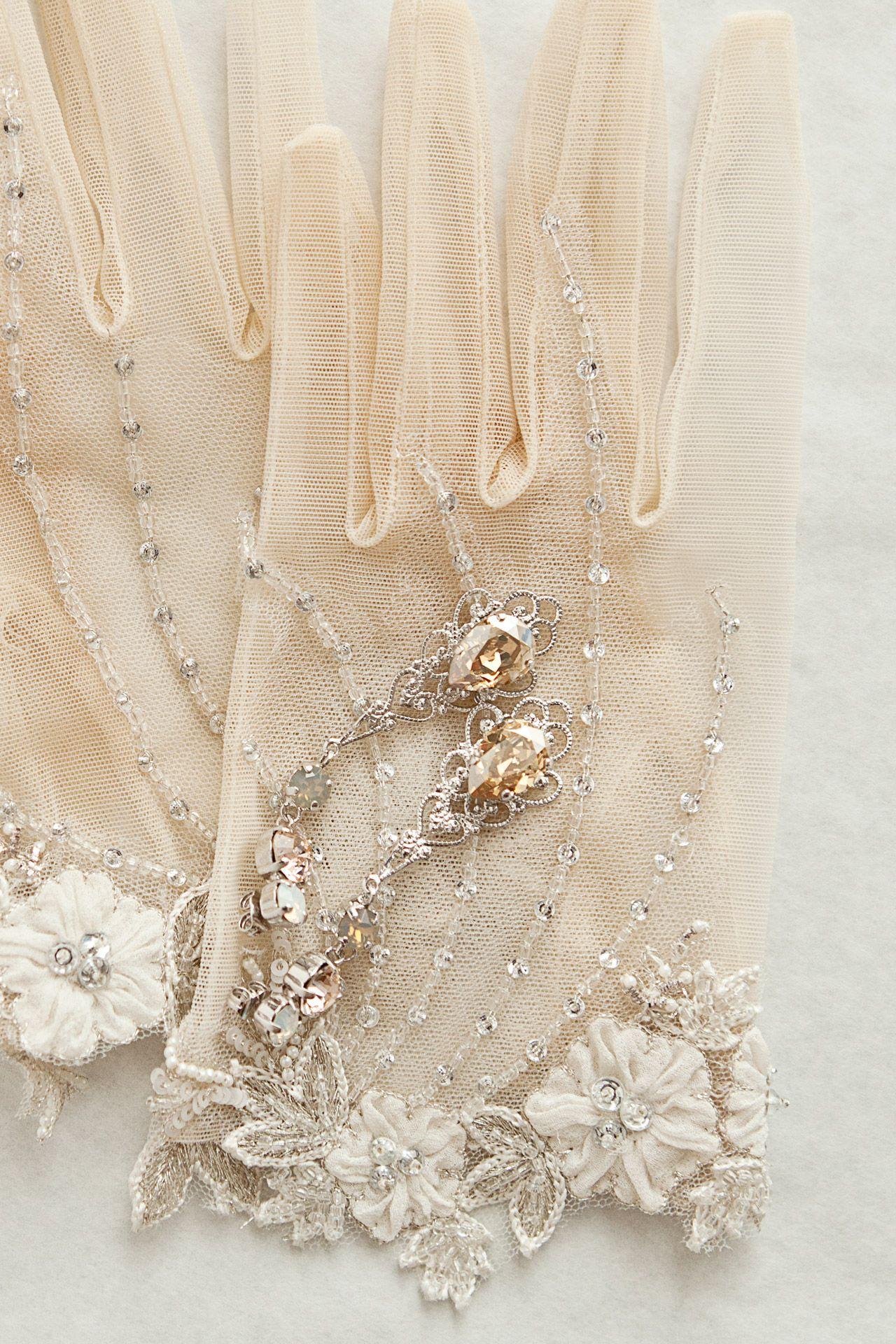 Accesorios de novia vintage: Guantes, peinas y pendientes #noviasvintage #accesoriosnovia #guantesdenovia