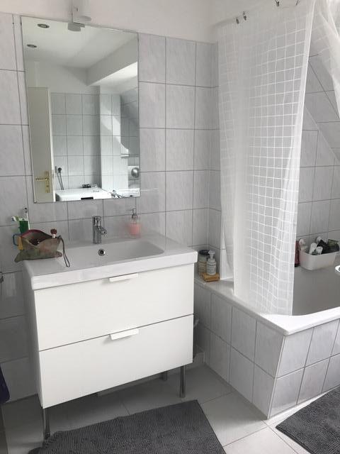Ein Badezimmer Ganz In Weiss Und Hellem Grau Wirkt Edel Und