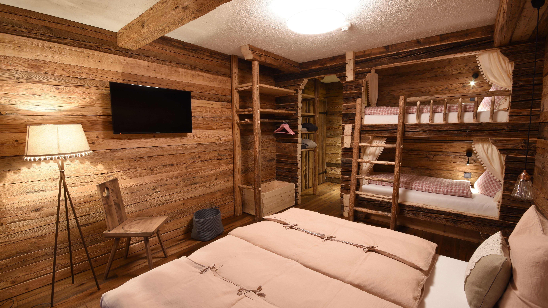 Im Urigen Schlafzimmer Mit Platz Für Vier Personen Scheint Die Zeit Wie  Zurückgedreht #Luxus #. Chalets