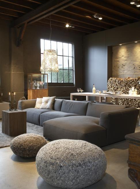 Photo of Moderne inrichting met veel grijstinten en leuke accessoires om je huiskamer een…
