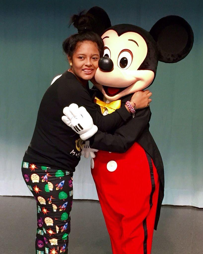 Teresa de 17 años paciente de anemia falciforme con acv, cumplió su deseo de ir a Disney y vivió una de las más grandes experiencias de su vida, felicitar en persona a Mickey Mouse, quien cumple 87 años hoy. En este momento todo a su alrededor se desvaneció, sólo importaba ella, Mickey y esa sensación de alegría y esperanza que resurgió en ella.