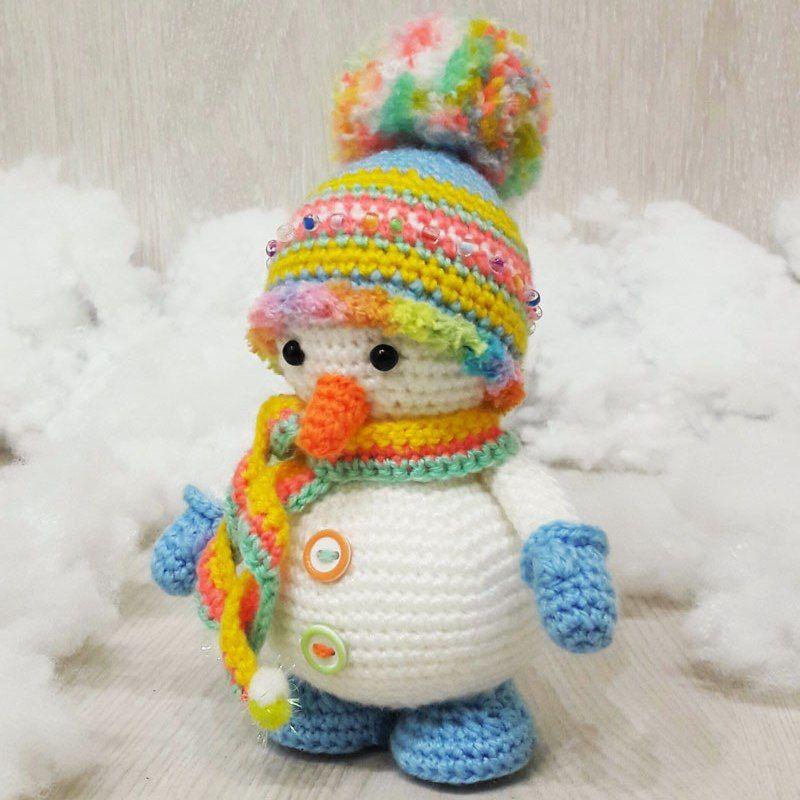 Pequeño modelo del amigurumi del muñeco de nieve del ganchillo ...