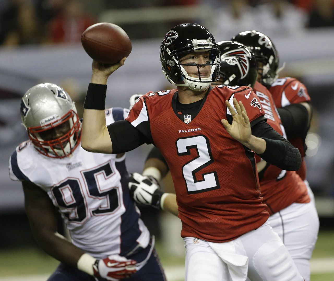 Atlanta Falcons Quarterback Matt Ryan 2 Works Under Pressure From New England Patriots Defensive End Nfl Football Games Falcons Football New England Patriots