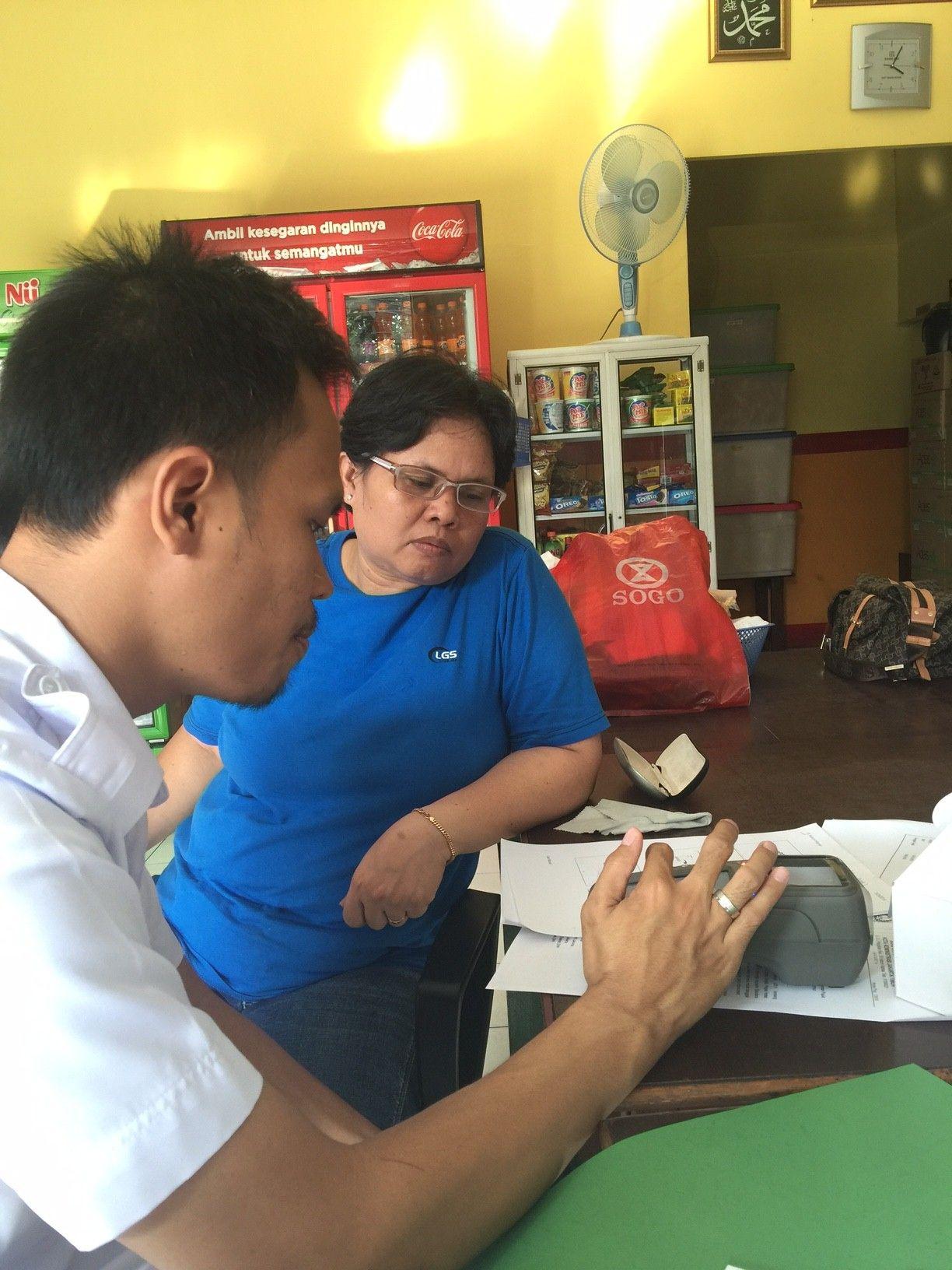 Staf UPPD Duren Sawit menyerahkan alat E-POS dan Bimtek kepada WP Warung Jawa