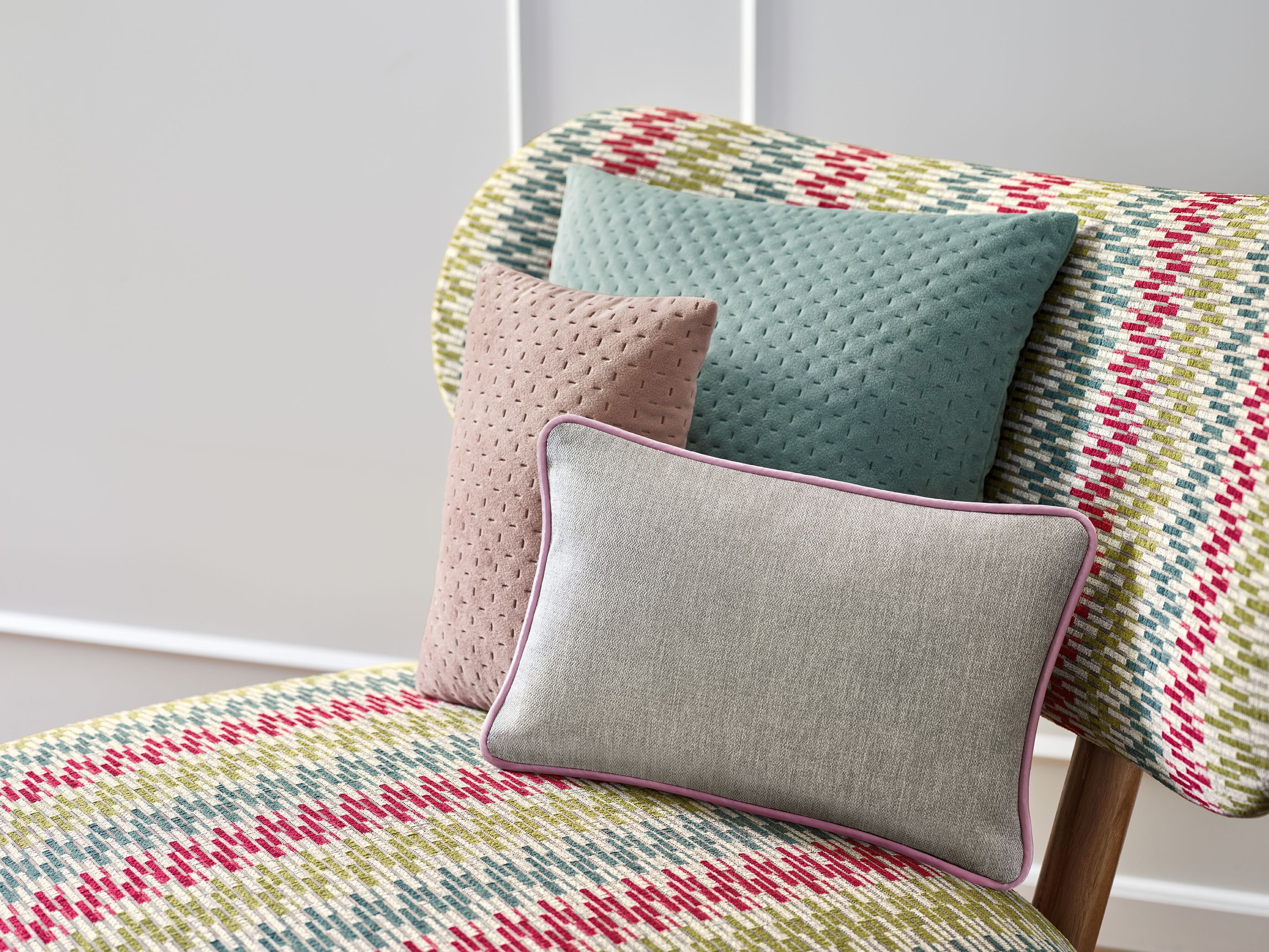 How Do You Like This Colorful Zigzag Upholstery Fabric From Ado Goldkante The Graphical Interpretation Of The Stripes Cre Polsterstoffe Bunt Zuhause