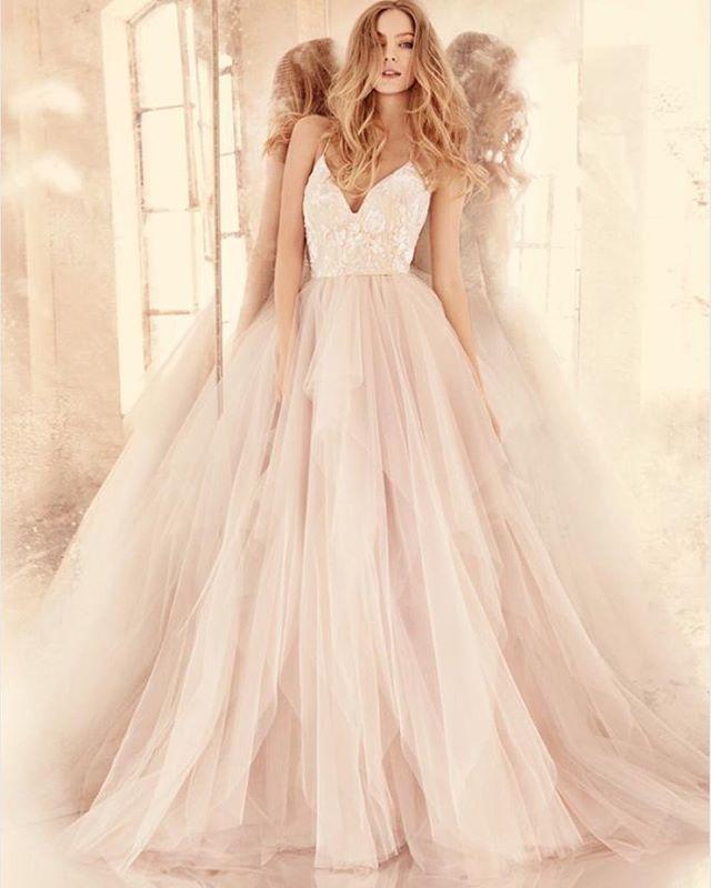 In love with @torrentfernando 's work!!! #nicolettagown #ohsochic #weddingdress #weddingmoda #bride #mirrormirror