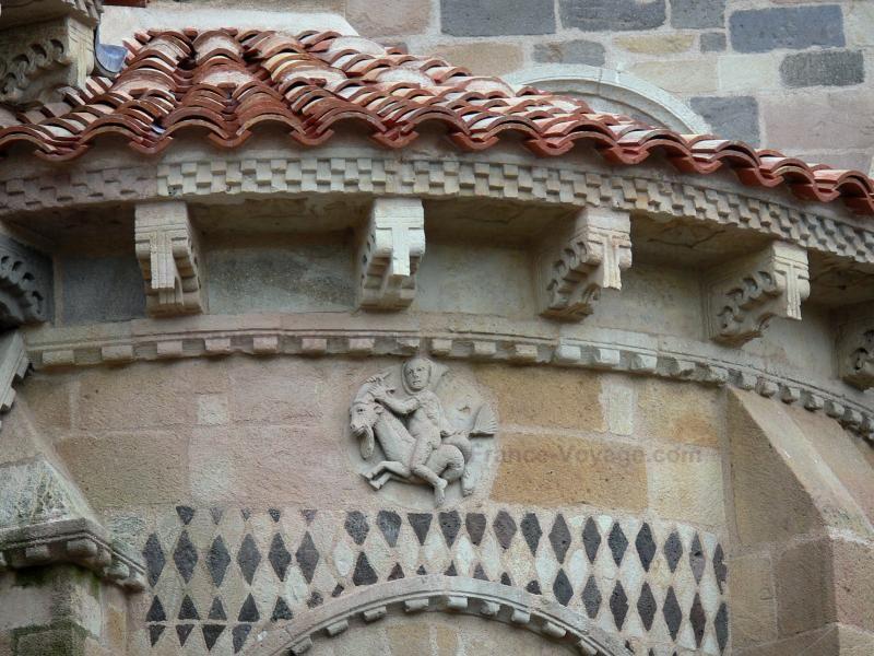 De abdijkerk van Issoire: Issoire: Details van de apsis van de romaanse abdijkerk St. Austell - France-Voyage.com