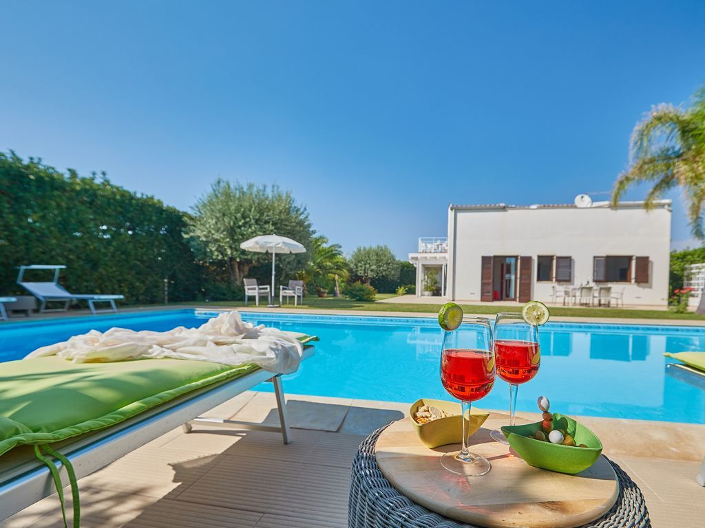 Villa Flora in Marina di Ragusa walking distance to sea, pool, garden,free wi-f. Holiday villa for rent with the added security of our fraud protection. 6883011