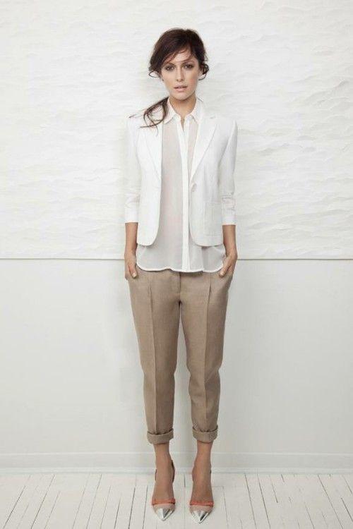 camisa branca, calças creme, sapatos de salto (bicudos)