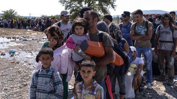 Außenminister Steinmeier rechnet mit der Ankunft von rund 40.000 weiteren Flüchtlingen an diesem Wochenende. Um die Polizei eventuell zu unterstützen, versetzte Verteidigungsministerin von der Leyen vorsorglich 4000 Soldaten in Rufbereitschaft.