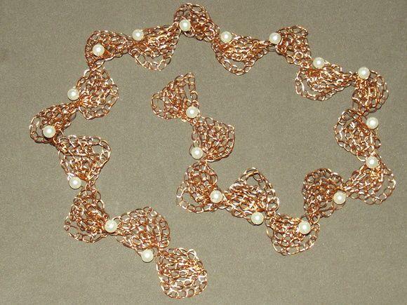 Tiara para noiva em croche de fio de metal, cobre esmaltado em dourado, bordado com pérolas.