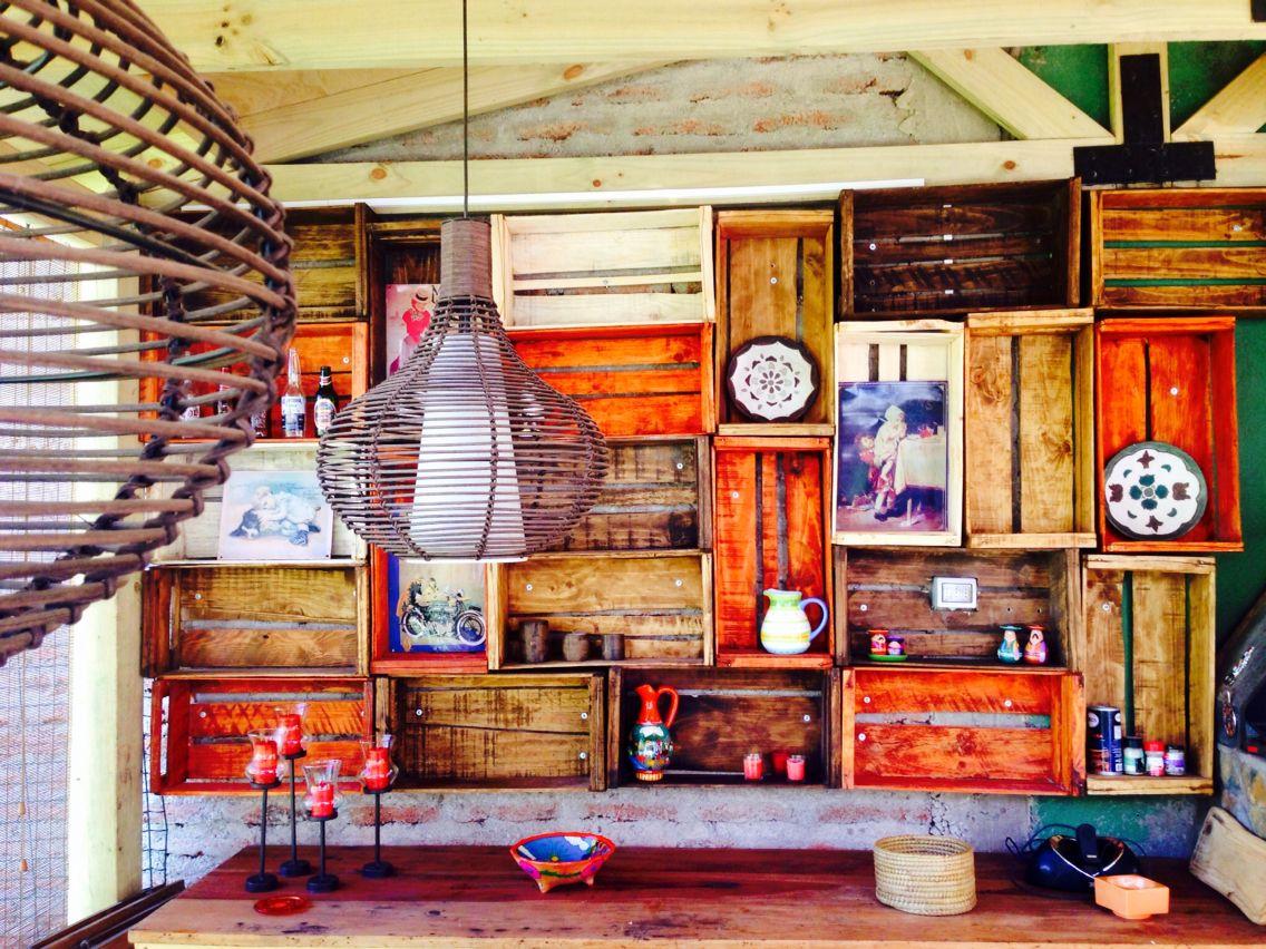 Muro cubierto con estanter a hecha con cajones reciclados muebles de palets y cajones pinterest - Estanteria hecha con palets ...
