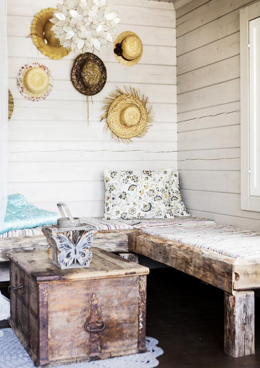 Vanhoista hirsistä rakennetun sohvasängyn pidemmälle sivulle mahtuu patja nukkumista varten. Katso Meidän Mökin ohjeet ja tee itse vanhaa aikaa henkivä sohvasänky!