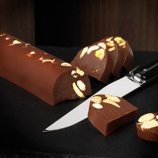 The perfect dessert to share with your guests! Our award-winning dark chocolate gianduja log with hazelnuts and pistachios will bring a twist to your table, from the popular mask in Turin, Gianduja (hence the name of the dough).