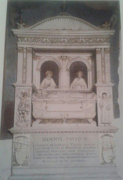 Cenotafio del cardenal d'Albret, creado por Andrea Bregno en el año 1465. La construcción en tres niveles simboliza el ámbito terrenal, la cámara sepulcral y la esfera celeste. Ubicado en Santa Maria en Aracoeli, Italia.