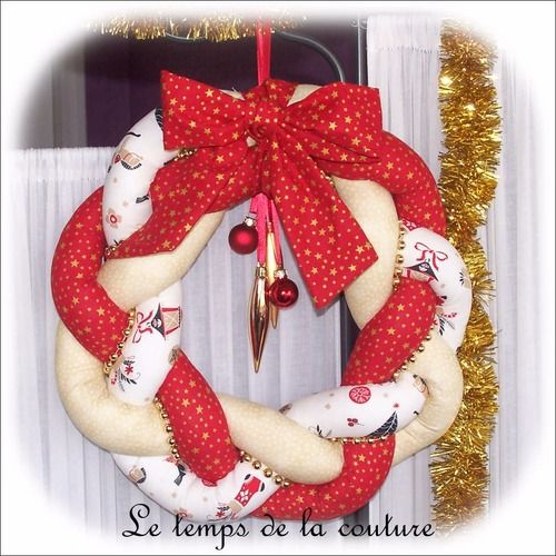 Noël - couronne de noël - décoration de noël - tons de rouge, beige, écru et doré - fait main. #couronnedenoelfaitmain