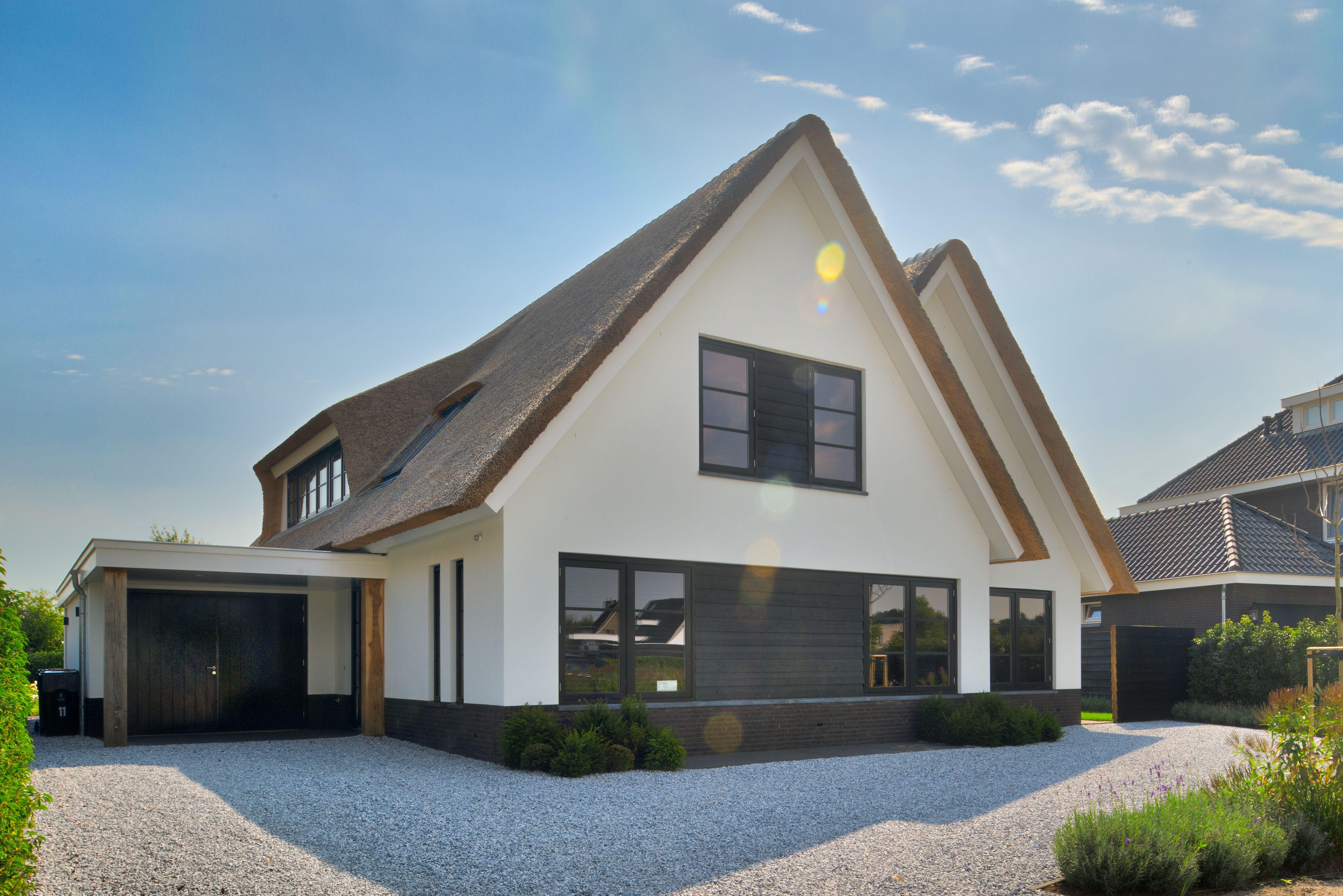 Rietgedekte strakke villa tuin in house