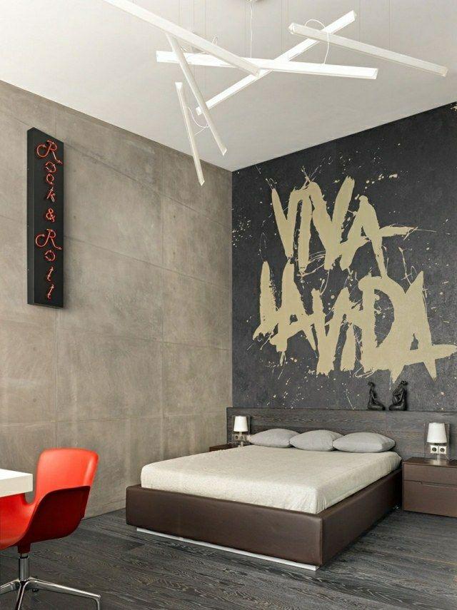 Tapete mit Inschrift hohe Zimmerdecke roter Stuhl Kunststoff Deko - wohnzimmer deko tapete