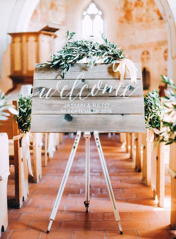 DIY - Tolle Ideen für die Kirchendeko! Willkommensschild in der Kirche #hochzeit #hochzeitsdeko #kirchendeko #schild #willkommensschild #willkommen #holz #idee #flowerbouquetwedding