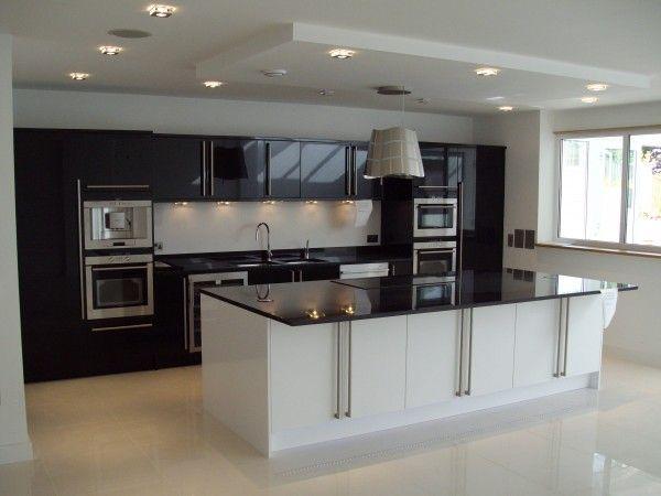 Cuisine Noire Avec Spots Intégrés Dans Le Faux Plafond Cuisine - Spot led meuble cuisine pour idees de deco de cuisine