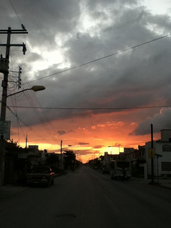 atardecer en las calles de cancun