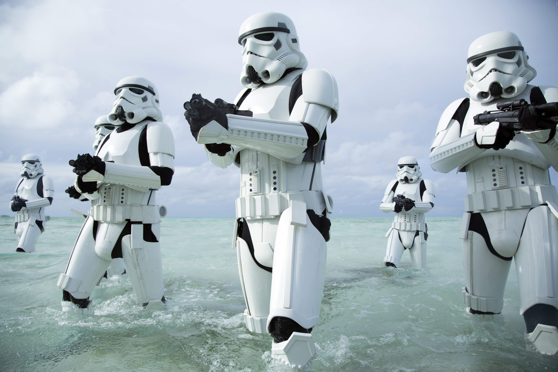 Nach Episode 7 reisen wir im Spin-Off zurück in die Zeit von Darth Vader! Der Todesstern, Rebellen, Jedi, Sith, Stormtrooper - Alles dabei! Gänsehaut-Action im Blockbuster Rogue One: Neuer Star Wars Trailer ➠ https://www.film.tv/go/35536  #RogueOne #StarWars #DarthVader