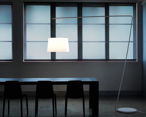 Beleuchtung, ist ein großes Thema, wenn es um Büroeinrichtung geht. Stehleuchten mit einem langen Arm, sind bei richhome im Sortiment.