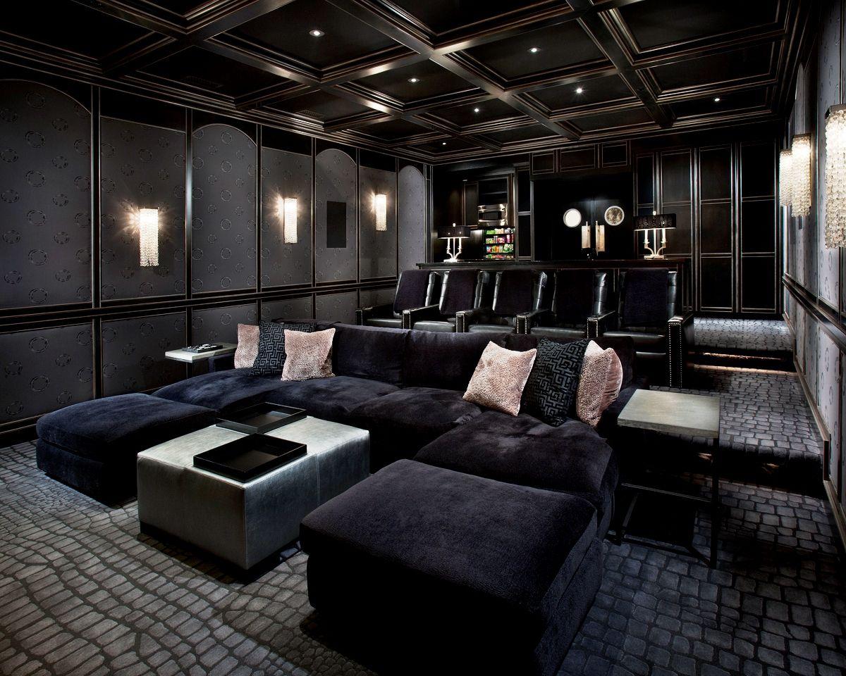 Les Murs Et Le Plafond Sont Des Couleurs Sombres Les Chaises Sont En Peluche Home Cinema Room Home Theater Decor Home Theater Room Design