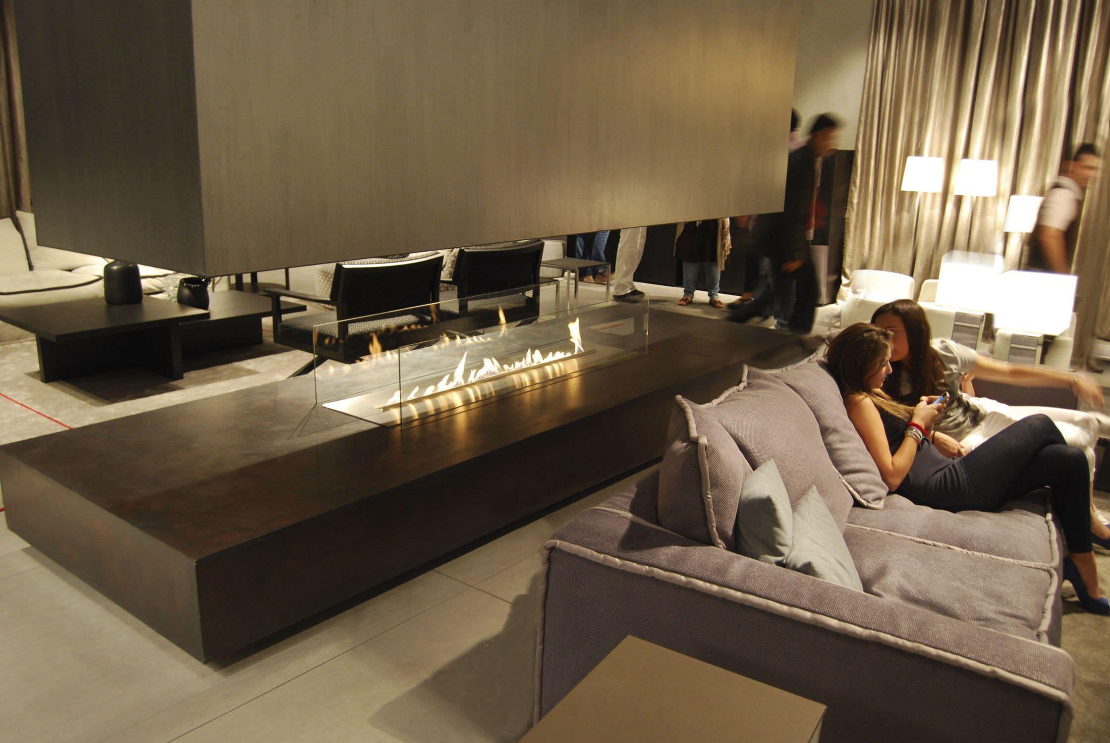 Salotto Moderno Con Camino Controsoffitta E Tavolino Circolare Interior Design : Awesome camino centrale moderno focolare aperto a