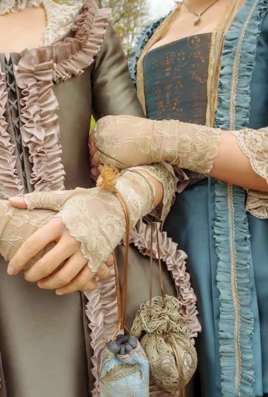 Outlander Season 2 First Look Stills + Costume Details