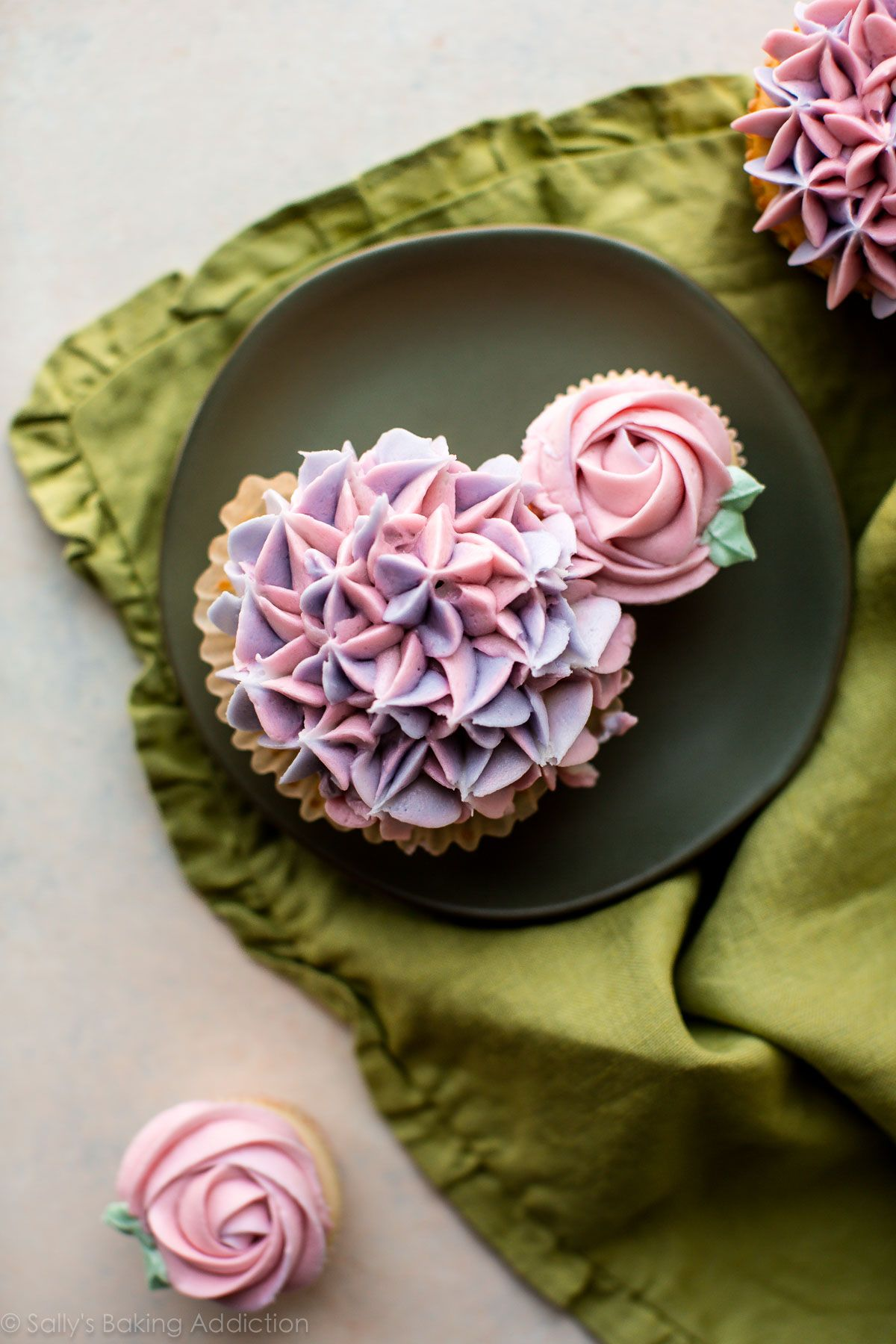 How To Make A Cupcake Bouquet With Decorated Rose Cupcakes And Hydrangea Cupcakes Video Tutorial Cupcake Bouquet Flower Cupcakes Cupcake Decorating Techniques