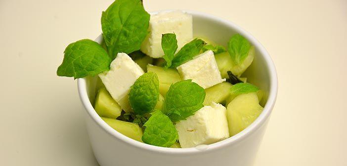 Kurkku-fetasalaatti: Muikeaksi marinoidut kurkut mintulla hölvättynä ja siihen sitten vielä juustoa suolaksi. Todella hyvä fetasalaatti.