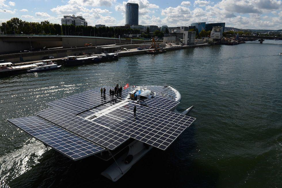 IlPost - Parigi, Francia - La Turanor PlanetSolar lungo la Senna: è la nave più grande del mondo a essere alimentata esclusivamente tramite dei pannelli solari. Parigi, Francia, 15 settembre 2013. (Pascal Le Segretain/Getty Images)