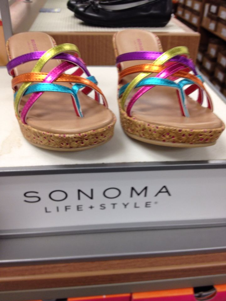 These are cute kids shoes. They do have a heel. My favorite part is the rainbow straps!!
