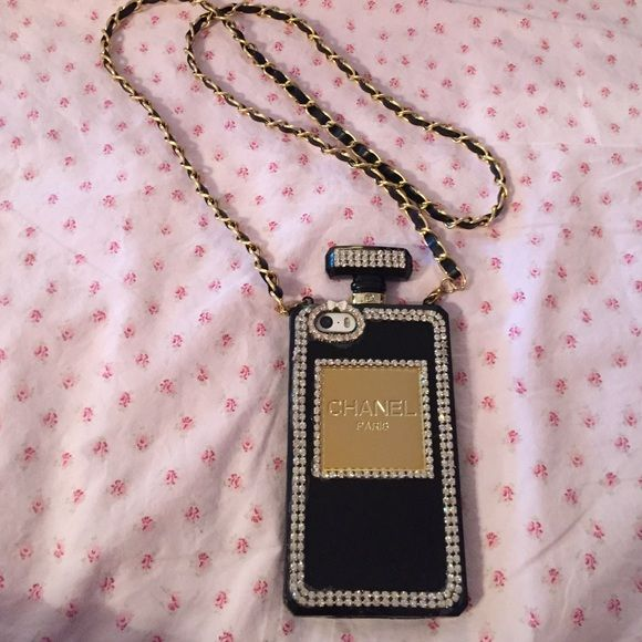 iPhone 5/5s case Gently used in great condition. Detachable chain. Accessories Phone Cases