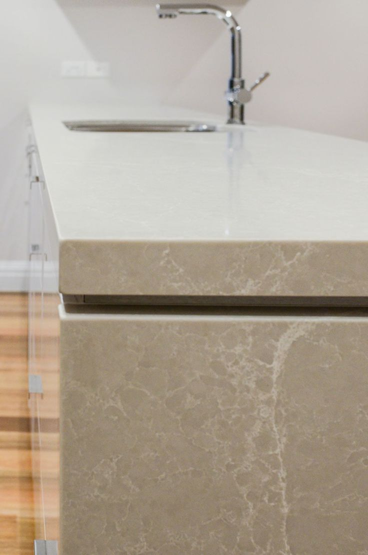 Unsere Caesarstone Arbeitsplatten Erzeugen Eine Raumfullende Visuelle Sinneseindrucke Http Www Arbeitsplatten Caesarstone Joinery Design Bathroom Design