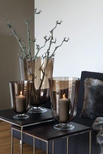 Die großzügige Kelchform mit sanft geschwungenen Linien macht die neuen Windlichter ROYAL zu etwas Besonderen. Sie sind geeignet für große Kerzen, die sanft durch das getönte Glas schimmern. Mit dem zierlichen Fuß, der ebenfalls aus Glas besteht, erinnert das Modell ROYAL an edle Trinkgefäße. #weihnachtsdekoimglasmitkugeln