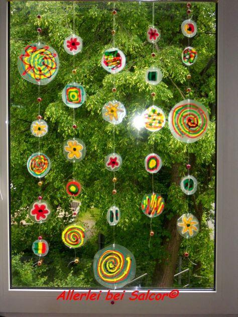 fensterdekoration aus plastikverpackungen mit window colour bemalt basteln fr hling kinder