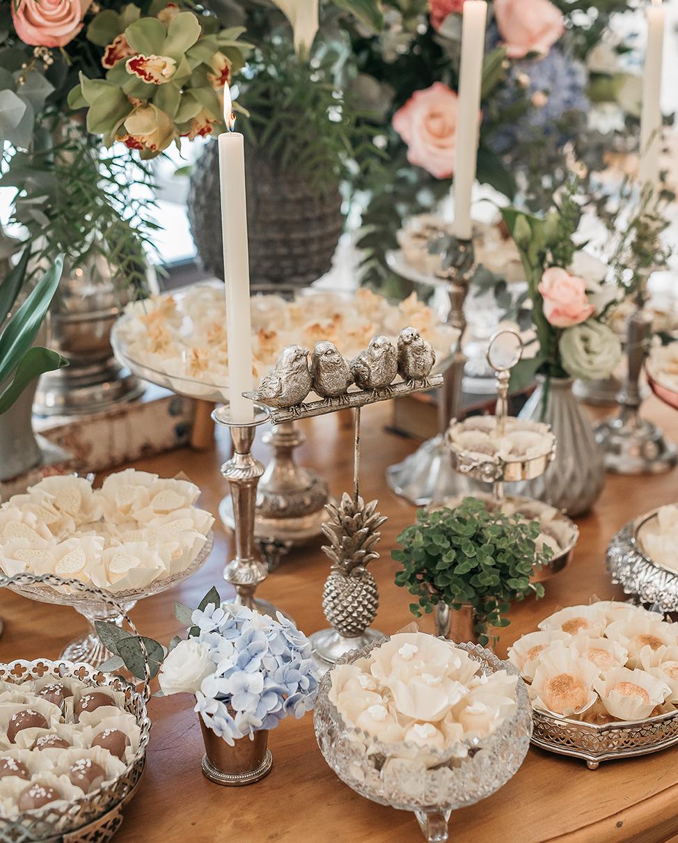 Um quarteto de passarinhos sobre a mesa de doces, todos anunciando que o grande dia chegou. ⠀ No Chalé, nada é óbvio. Unimos tendências, romantismo e amor para proporcionar lindas surpresas! ⠀ #RomanticWedding #GrupoQuintal #EspaçoDeCasamento #Wedding #casamento #CasamentoRomantico #Casar#WeddingInspiration #EspacoParaEventos #CasarEmSP #WeddingStyle #WeddingIdeas #Classy #ClassicWedding #RomanticDecor #ClassicDecor #ClassicBride #CasamentoNoChale #CasamentoNoChaleQuintal #CasamentoNoChalé #VouC
