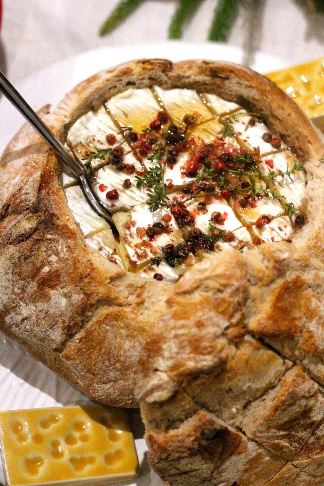 Queijo Assado no Pão com Mel, Pimenta Rosa e Tomilho