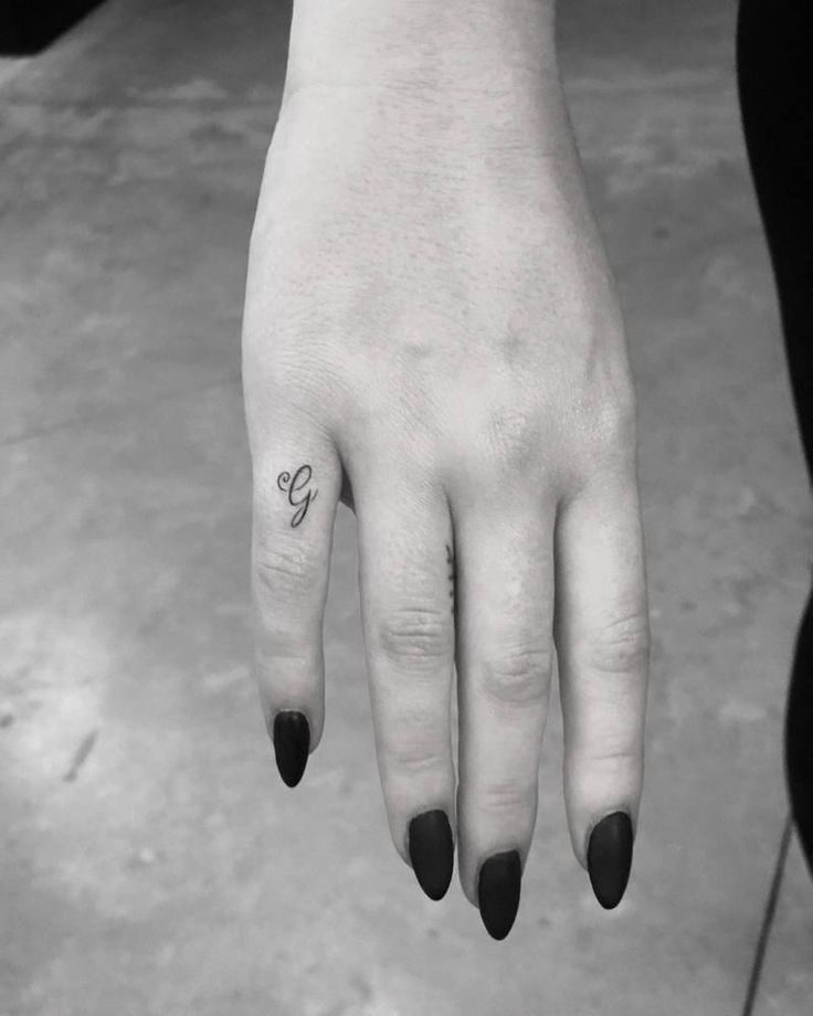 Sophie Turner's tattoo 'G' in honor of her grandfather #sophieturner #grandfathertattoo
