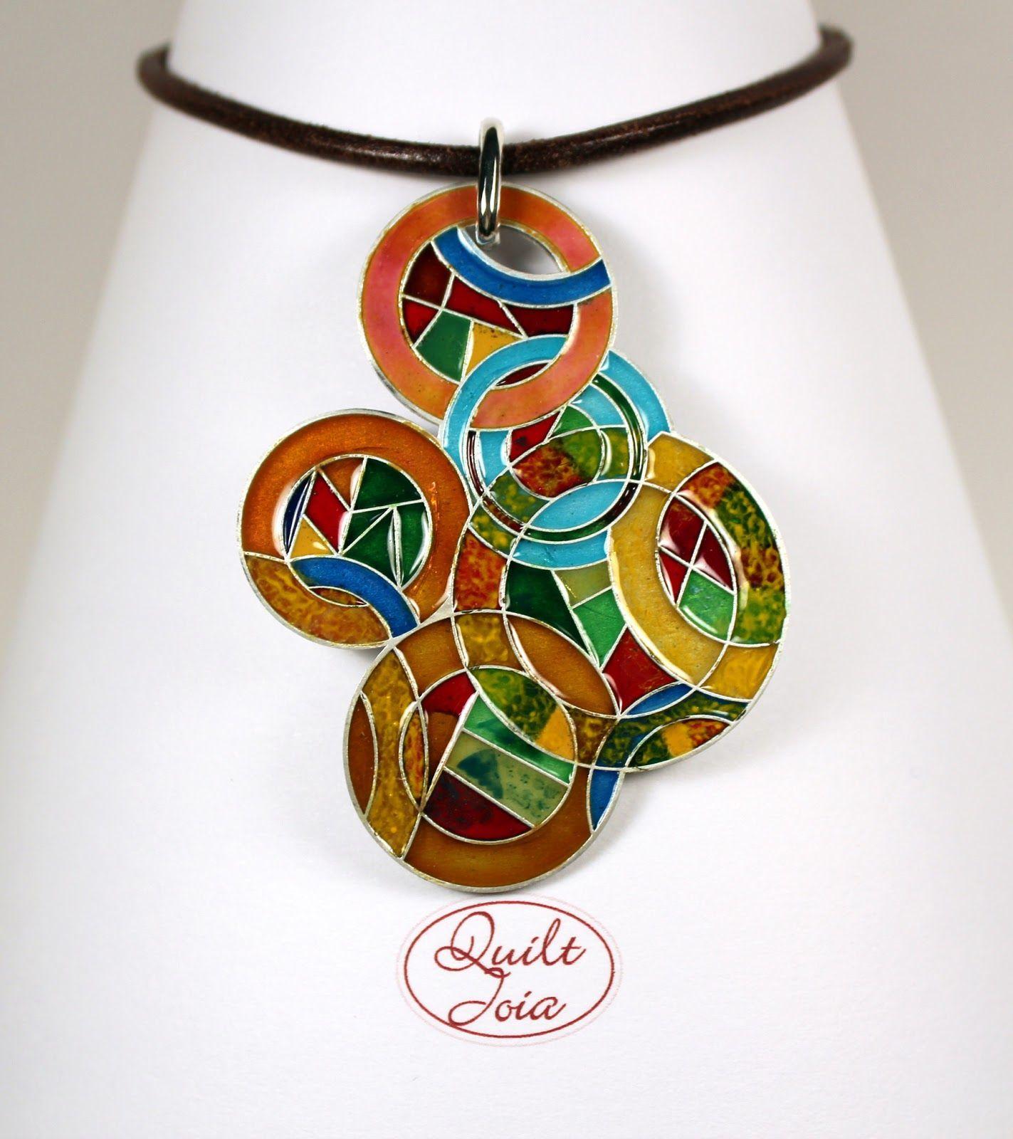 ¿Qué es Quiltjoia?  Quiltjoia es la unión de la belleza y la creatividad del patchwork con la joyería. Inspirados en tu Quilt, diseñamos u...