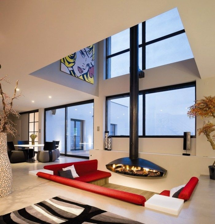 AuBergewohnlich Einrichtungsideen Für Wohnzimmer Ein Sofa Set In Kräftig Rot, Hängender  Design Kamin In Der Mitte
