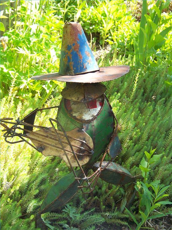 Ideas for garden art from junk garden art recycled for Garden art from recycled materials
