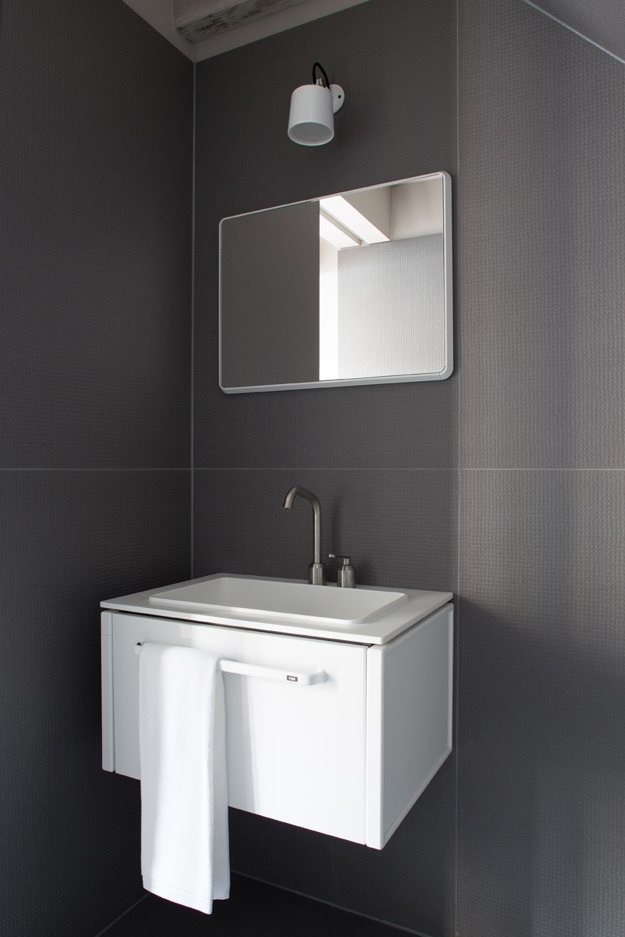 White Bathroom Module With Matching Mirror And Wall Spot All From Vipp Badezimmer Zimmer Baden