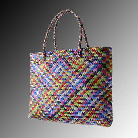Bolsa tejida tipo palma de colores. #Handbags #Bolsas #Fashion #Mexican #Totes #Plastic #Woven #GroceryBag